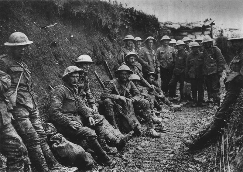 Britische Soldaten der Royal Irish Rifles in einem Schützengraben, Herbst 1916
